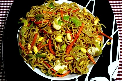 Chinesisch gebratene Nudeln mit Hühnchenfleisch, Ei und Gemüse 19