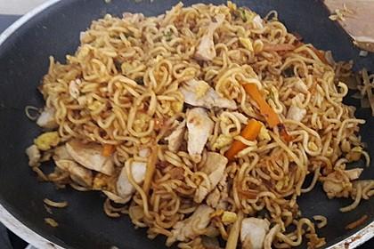 Chinesisch gebratene Nudeln mit Hühnchenfleisch, Ei und Gemüse 99