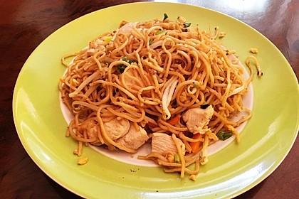 Chinesisch gebratene Nudeln mit Hühnchenfleisch, Ei und Gemüse 77