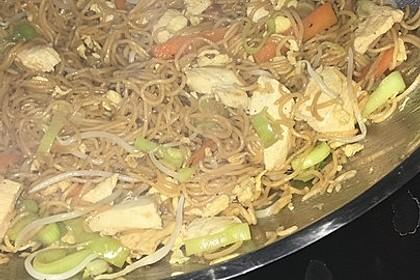 Chinesisch gebratene Nudeln mit Hühnchenfleisch, Ei und Gemüse 116