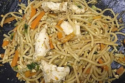 Chinesisch gebratene Nudeln mit Hühnchenfleisch, Ei und Gemüse 84