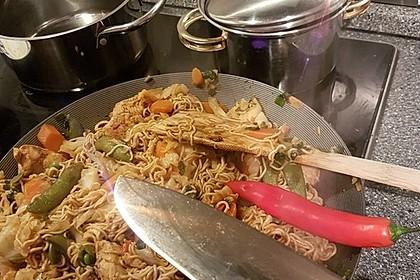 Chinesisch gebratene Nudeln mit Hühnchenfleisch, Ei und Gemüse 117