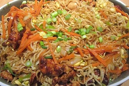 Chinesisch gebratene Nudeln mit Hühnchenfleisch, Ei und Gemüse 25
