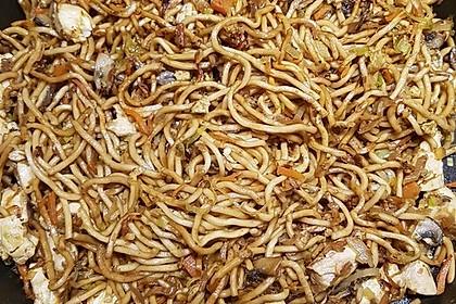 Chinesisch gebratene Nudeln mit Hühnchenfleisch, Ei und Gemüse 98