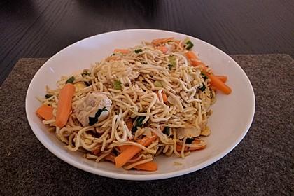 Chinesisch gebratene Nudeln mit Hühnchenfleisch, Ei und Gemüse 90