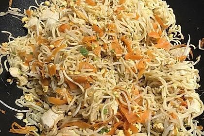 Chinesisch gebratene Nudeln mit Hühnchenfleisch, Ei und Gemüse 52