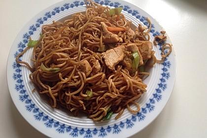 Chinesisch gebratene Nudeln mit Hühnchenfleisch, Ei und Gemüse 78