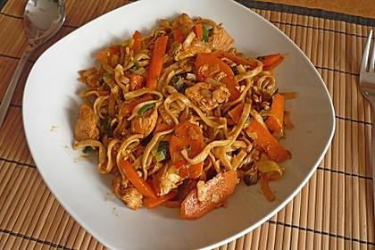 Chinesisch gebratene Nudeln mit Hühnchenfleisch, Ei und Gemüse 20