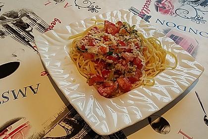 Pasta mit kalter Tomaten-Gurkensauce und Parmesan (Bild)