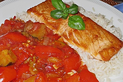 Gebratenes Lachsfilet in Tomaten-Zucchini-Paprikasauce (Bild)