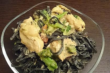 Schwarz-grüne Pasta mit Brokkoli, Pute und Trockenobst
