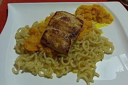 Gabelspaghetti mit Möhren-Orangen-Sauce und gebratenem Lachs