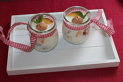 Pfirsichdessert mit Dickmilch und saurer Sahne