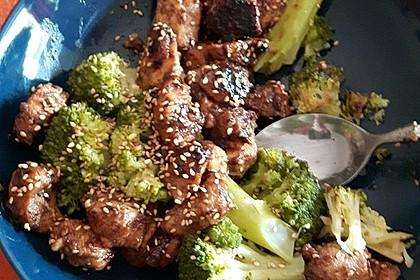 Hühnchen mit Chili-Honig-Sesam-Marinade auf Brokkoli (Bild)