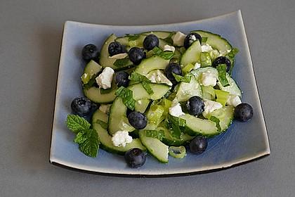 Gurkensalat mit Blaubeeren und Feta