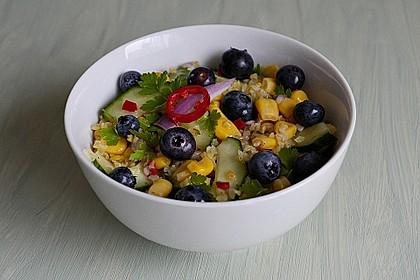 Bulgursalat mit Gurke, Mais und Blaubeeren