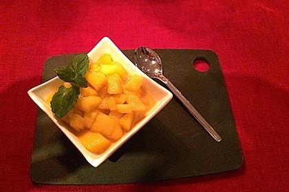 Mango-Pudding-Dessert mit kandierten Mangostücken (Bild)
