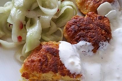 Couscous-Möhren-Frikadelle mit Salat und Dip 2