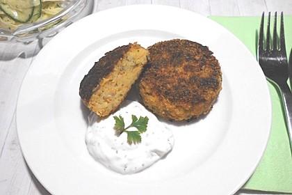 Couscous-Möhren-Frikadelle mit Salat und Dip 1