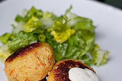 Couscous-Möhren-Frikadelle mit Salat und Dip
