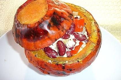 Kürbis gefüllt mit Bohnen und Feta