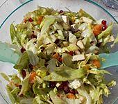 Grüner Salat mit Granatapfel, Mandarinen und Apfel, mit Weintraubensirup und Feta (Bild)