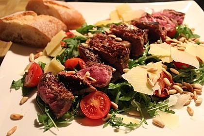 Tagliata di manzo auf Rucola mit Pinienkernen und Parmesan 1