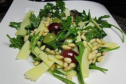 Rucola-Trauben-Salat mit Käsestreifen und gerösteten Pinienkernen