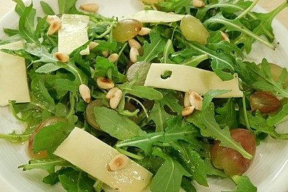 Rucola-Trauben-Salat mit Käsestreifen und gerösteten Pinienkernen 1