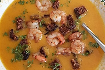 Kürbis-Karottensuppe mit Garnelen