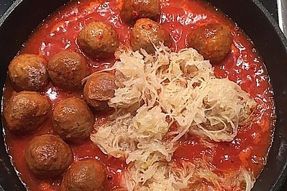 Mettbällchen in Bolognesesoße mit Sauerkraut