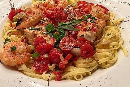 Scampi und Lachs mit Tagliatelle/Fettuccine an Tomaten-Estragonsauce (Bild)