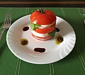 Tomaten-Mozzarella-Türmchen mit Sardellenbröseln (Bild)