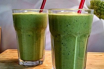 Grüner Smoothie mit Spinat, Avocado und Banane 1