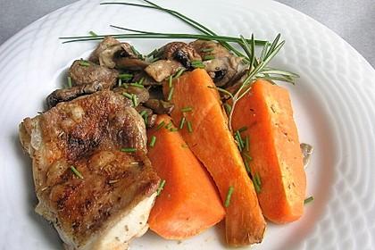 Süßkartoffelspalten mit Pilzen und Ofenhähnchen