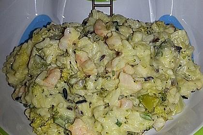 Brokkoli-Zucchini-Reistopf mit Schnittlauch und Garnelen