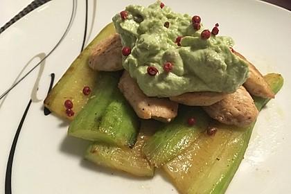 Gebratene Gurke mit Hähnchen und Avocadocreme 8