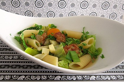 Gemüse-Nudel-Topf mit Hackbällchen