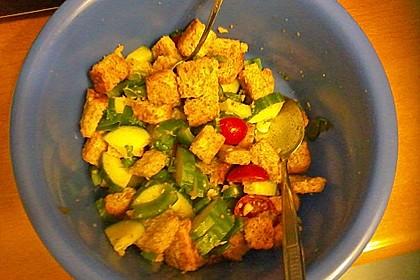 Brotsalat mit Gurke und Paprika 5