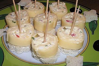 Käserolle auf Kräcker (Bild)