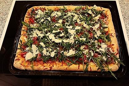 Pizza halb und halb: Rucola Parmaschinken-Salami mit Knoblauchöl