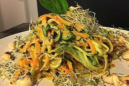 Gemüse-Nudeln mit Cashew-Avocado-Sauce
