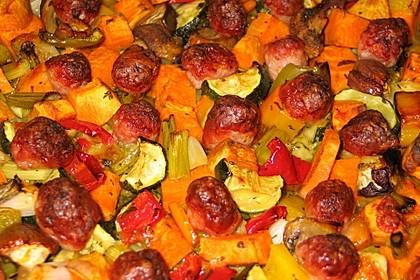 Mediterranes Ofengemüse mit Fenchel-Bratwurtklößchen