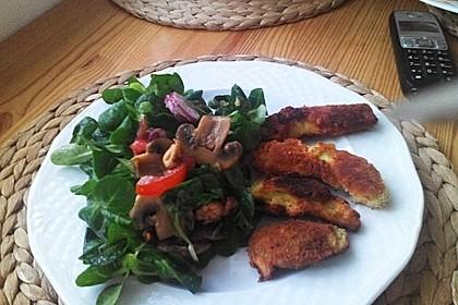 Frischer Salat mit gebratener Avocado (Bild)