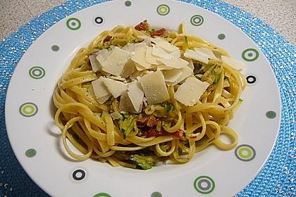 Bavette mit Zucchini und getrockneten Tomaten