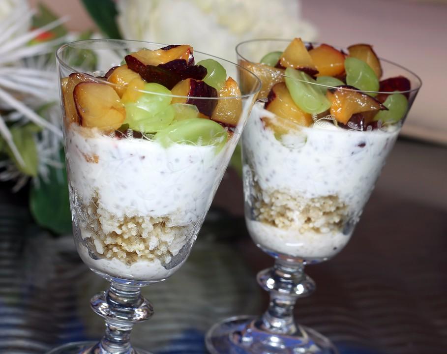 Fruhstucks Couscous Mit Joghurtcreme Und Fruchten Von Mini Vici