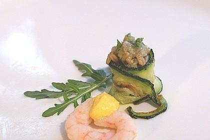 Flusskrebse mit Zucchiniröllchen und Currysauce