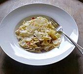 Nudelsalat mit Oliven, Chili und Knoblauch (Bild)