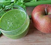 Fruchtiger, grüner Smoothie mit Sellerie (Bild)