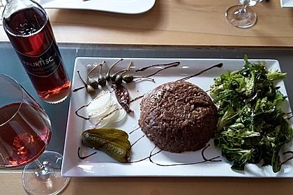 Tatar vom Reh mit Schilcher-Preiselbeersauce und steirischer Salatgarnitur